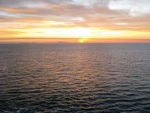 Puesta del sol sobre el Océano Pacífico de un cruiseliner Foto de archivo libre de regalías