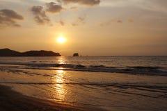 Puesta del sol sobre el Océano Pacífico Paisaje marino de la orilla Fotos de archivo