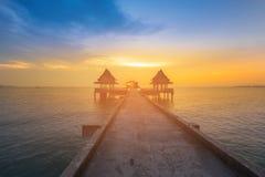 Puesta del sol sobre el océano y la manera que camina que llevan al mar imagenes de archivo