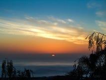 Puesta del sol sobre el oc?ano imágenes de archivo libres de regalías