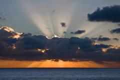 Puesta del sol sobre el océano Foto de archivo libre de regalías