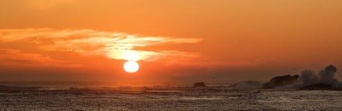 Puesta del sol sobre el Pacífico Imagen de archivo libre de regalías
