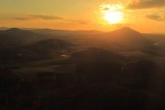 Puesta del sol sobre el paisaje bohemio de Suiza Foto de archivo