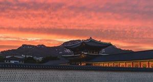 Puesta del sol sobre el palacio de Gyeongbokgung en Seul Fotos de archivo libres de regalías