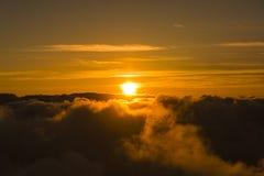 Puesta del sol sobre el parque nacional Maui Hawaii los E.E.U.U. de Haleakala de las nubes Foto de archivo