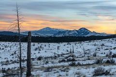 Puesta del sol sobre el Pikes Peak Colorado imagenes de archivo