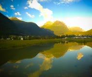 Puesta del sol sobre el pueblo de Innvikfjorden y de Loen, Stryn, Noruega fotos de archivo