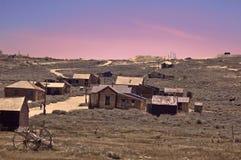 Puesta del sol sobre el pueblo fantasma Foto de archivo libre de regalías