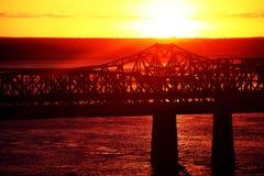 Puesta del sol sobre el puente Imagen de archivo libre de regalías