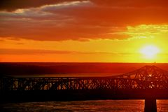 Puesta del sol sobre el puente 5 Fotografía de archivo