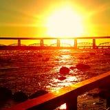 Puesta del sol sobre el puente Foto de archivo libre de regalías