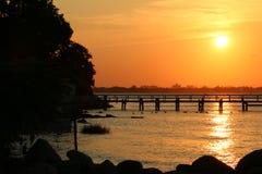 Puesta del sol sobre el puente fotos de archivo libres de regalías