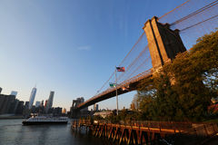 Puesta del sol sobre el puente de Brooklyn Imagenes de archivo