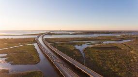 Puesta del sol sobre el puente de la bahía móvil y de la autopista 10 imagenes de archivo