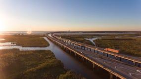 Puesta del sol sobre el puente de la bahía móvil y de la autopista 10 foto de archivo