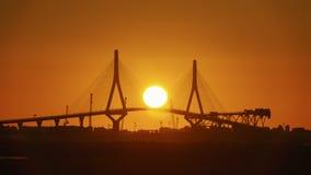 Puesta del sol sobre el puente 1812 de la constitución Cádiz España foto de archivo libre de regalías