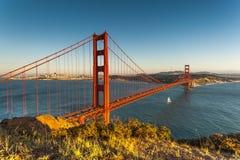 Puesta del sol sobre el puente de puerta de oro Fotos de archivo libres de regalías