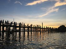 Puesta del sol sobre el puente de U Bein en Mandalay fotografía de archivo