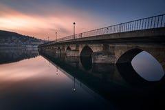 Puesta del sol sobre el puente de Viveiro imagen de archivo