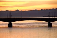 Puesta del sol sobre el puente del río del Rin Fotos de archivo libres de regalías