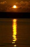 Puesta del sol sobre el puerto de Portland en Dorset Foto de archivo
