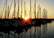 Puesta del sol sobre el puerto deportivo Imagen de archivo libre de regalías