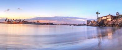 Puesta del sol sobre el puerto en Corona del Mar Fotos de archivo