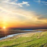 Puesta del sol sobre el río foto de archivo