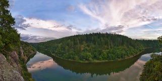 Puesta del sol sobre el río Imagen de archivo