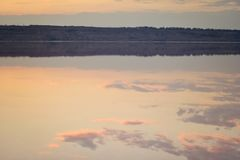 Puesta del sol sobre el río Imagen de archivo libre de regalías
