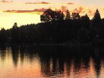 Puesta del sol sobre el río Imágenes de archivo libres de regalías