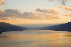Puesta del sol sobre el río ancho imagen de archivo