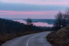 Puesta del sol sobre el río Danubio, con duplicar del camino que curva Fotos de archivo libres de regalías
