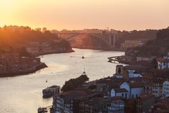 Puesta del sol sobre el río de la ciudad imagen de archivo libre de regalías