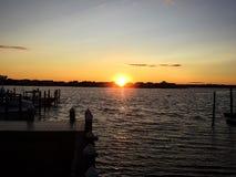 Puesta del sol sobre el río de Navesink en New Jersey Foto de archivo libre de regalías