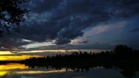 Puesta del sol sobre el río de Tailandia entre time lapse del campo del verde de la naturaleza almacen de metraje de vídeo