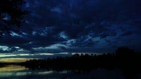 Puesta del sol sobre el río de Tailandia entre time lapse del campo del verde de la naturaleza almacen de video