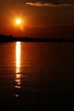Puesta del sol sobre el río de Zambezi Foto de archivo