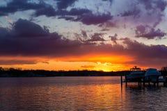 Puesta del sol sobre el río del sur en Maryland fotos de archivo