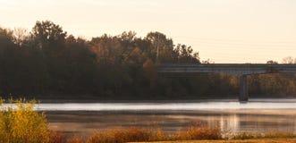 Puesta del sol sobre el río en otoño Imagen de archivo libre de regalías