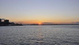 Puesta del sol sobre el río Hudson de New York City Imágenes de archivo libres de regalías