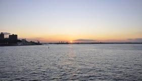 Puesta del sol sobre el río Hudson de New York City Imagen de archivo libre de regalías