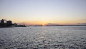 Puesta del sol sobre el río Hudson de New York City Imagenes de archivo