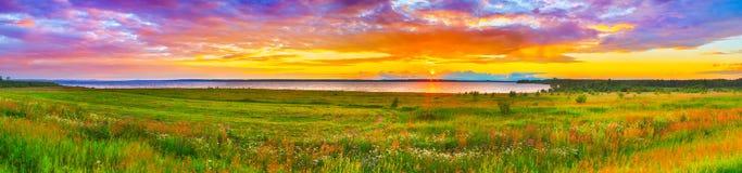 Puesta del sol sobre el río Kama Panorama imágenes de archivo libres de regalías