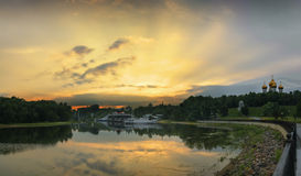 Puesta del sol sobre el río Kotorosl yaroslavl Rusia Imagenes de archivo