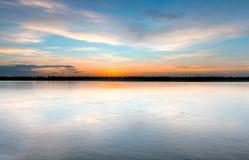 Puesta del sol sobre el río Mekong en Kratie, Camboya imagenes de archivo