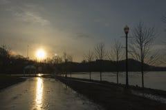 Puesta del sol sobre el río Ohio fotografía de archivo libre de regalías