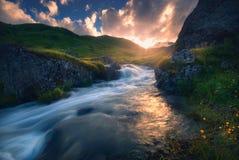 Puesta del sol sobre el río rápido de la montaña Foto de archivo libre de regalías
