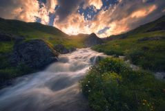 Puesta del sol sobre el río rápido de la montaña fotos de archivo