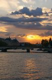 Puesta del sol sobre el río Sena imagenes de archivo